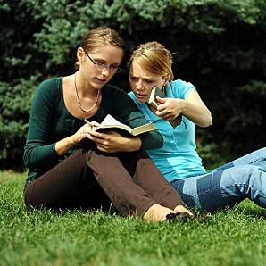 Student-reading-in-a-public-park